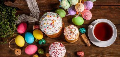 gâteau de pâques et oeufs colorés sur fond sombre photo
