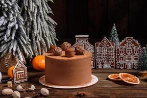 délicieux beaux bonbons sur une table en bois sombre la veille de noël photo