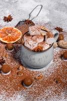 tasse de chocolat chaud avec des guimauves blanches photo