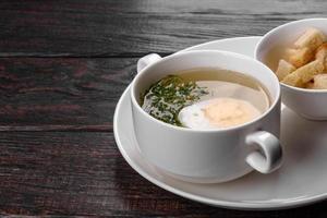 soupe de nouilles asiatique, ramen au poulet, légumes et œuf dans un bol blanc photo