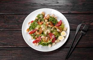 délicieuse salade fraîche aux crevettes pour la table de fête photo