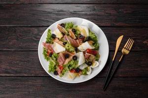 délicieuse salade fraîche au bacon pour la table de fête photo