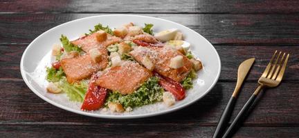 délicieuse salade fraîche au poisson rouge pour la table de fête photo