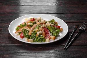 délicieuse salade de poulet frais pour une table de fête photo