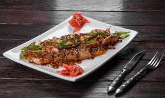 délicieux udon frais avec du poulet et des nouilles de riz avec des épices et des légumes verts photo