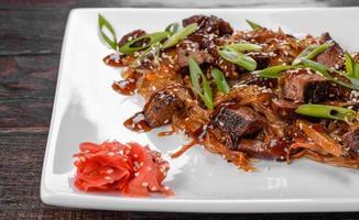 délicieux udon frais au bœuf et nouilles de riz aux épices et légumes verts photo