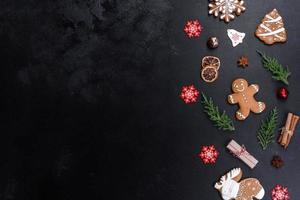 pain d'épice de fête de noël fait à la maison sur une table sombre photo