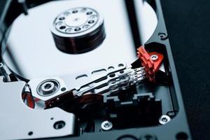 gros plan à l'intérieur de l'assemblage du disque dur, du bras et des plateaux photo