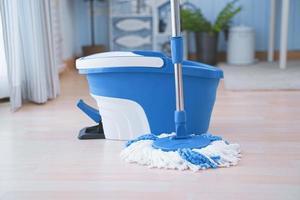 nettoyage des sols avec mob et seau. nettoyer le sol de la chambre photo