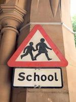 signe d'école sur un mur photo