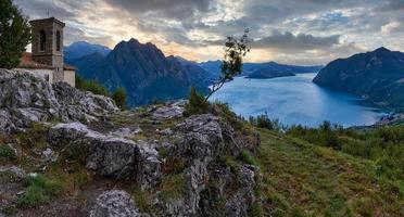 beau coucher de soleil sur le lac et la campagne photo