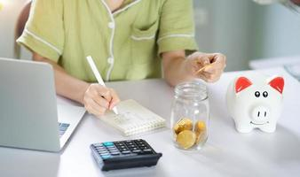 femme asiatique calculant ses économies photo