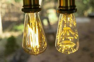 Lampe électrique à incandescence rétro classique blanc chaud sur fond flou, ampoule vintage photo