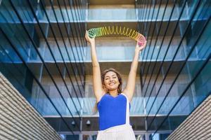 fille jouant avec un jouet de printemps coloré à l'extérieur photo