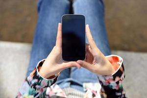 jeune femme à l'aide d'un smartphone photo