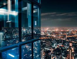 fenêtre en verre avec ville bondée rougeoyante photo