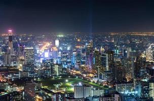 paysage urbain avec des bâtiments encombrés d'éclairage avec feu de circulation à bangkok photo