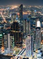 paysage urbain de bâtiment surpeuplé avec un trafic léger à la ville de bangkok photo