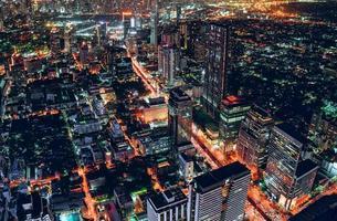 paysage urbain de trafic léger avec gratte-ciel à la métropole photo
