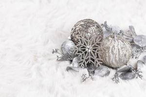 boules de noël dorées avec fond de laine photo