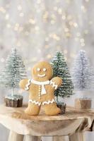 Biscuits faits maison de pain d'épice de Noël sur la table en bois photo