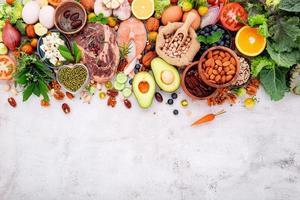concept de régime cétogène faible en glucides. ingrédients pour la sélection d'aliments sains mis en place sur fond de béton blanc. photo