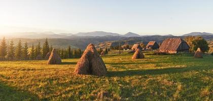 coucher de soleil majestueux dans le paysage des montagnes.carpates, ukraine photo