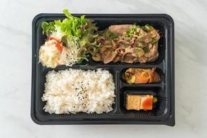riz japonais avec ensemble de bento yaki au porc photo