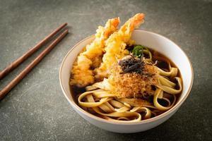 nouilles ramen japonaises aux crevettes tempura photo