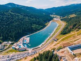 vue aérienne de la chaîne de montagnes d'été lac bukovel photo