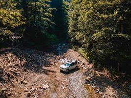 crique de montagnes de voiture suv sur fond photo