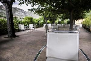 chaise sur une terrasse photo