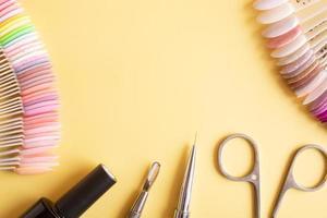 outils de manucure à plat sur un fond coloré avec espace de copie photo