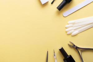 outils et conseils de manucure sur fond coloré avec espace de copie photo