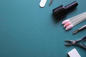 outils et conseils de manucure sur fond bleu avec espace de copie photo