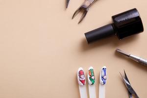 outils et conseils de manucure avec des dessins d'espace de copie photo