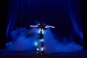 spectacle laser, danseurs en costumes led avec lampe led, très belle performance en boite de nuit, fête photo