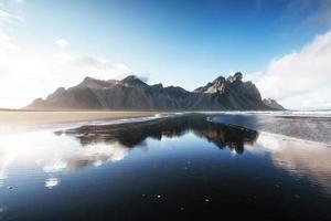 beau jokulsarlon ake avec montagne et fond de ciel bleu, fond de paysage de saison islandaise photo