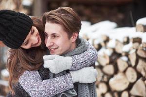 couple heureux de noël amoureux embrasser dans la forêt froide d'hiver enneigé, espace de copie, célébration du nouvel an, vacances et vacances, voyage, amour et relations photo
