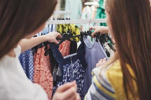 faire du shopping avec bestie. deux femmes faisant leurs courses dans un magasin de détail. vue rapprochée photo