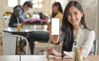 photo recadrée d'une femme tenant un smartphone à écran blanc à l'avant. Elle propose un forfait d'assurance pour couvrir l'infection virale.