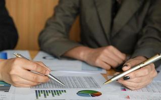 l'équipe comptable féminine calcule le budget pour présenter les cadres. photo