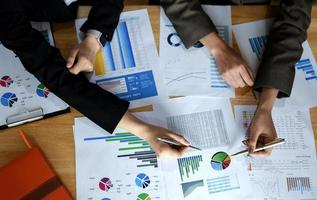 conseiller en affaires analysant les données graphiques dans le travail du bureau. photo