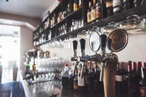 prêt à pinte de bière sur un bar dans un pub en bois de style traditionnel photo
