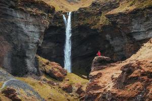le paysage pittoresque des montagnes et des cascades d'Islande. lupin bleu sauvage qui fleurit en été. touriste compte tenu de la beauté des paysages du monde photo