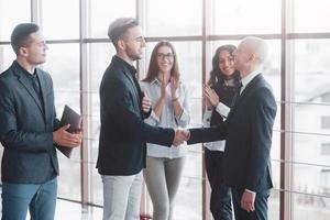 deux hommes d'affaires confiants se serrant la main lors d'une réunion au bureau, le succès, la négociation, l'accueil et le concept de partenaire photo