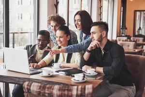 portrait de groupe de vieux amis joyeux communiquent entre eux, ami posant sur un café, personnes de style urbain s'amusant, concepts sur le mode de vie de la jeunesse ensemble. Wi-Fi connecté photo