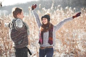 le couple s'amuse et rit. embrasser. jeune couple hipster s'embrassant dans le parc d'hiver. histoire d'amour d'hiver, un beau jeune couple élégant. concept de mode d'hiver avec petit ami et petite amie photo