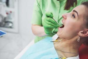 dentiste guérissant une patiente en stomatologie. concept de prévention précoce et d'hygiène bucco-dentaire photo
