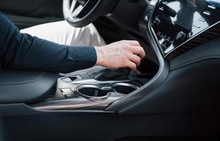 vue rapprochée d'un jeune homme au volant d'une voiture. commencer un voyage d'affaires. tester une nouvelle voiture photo
